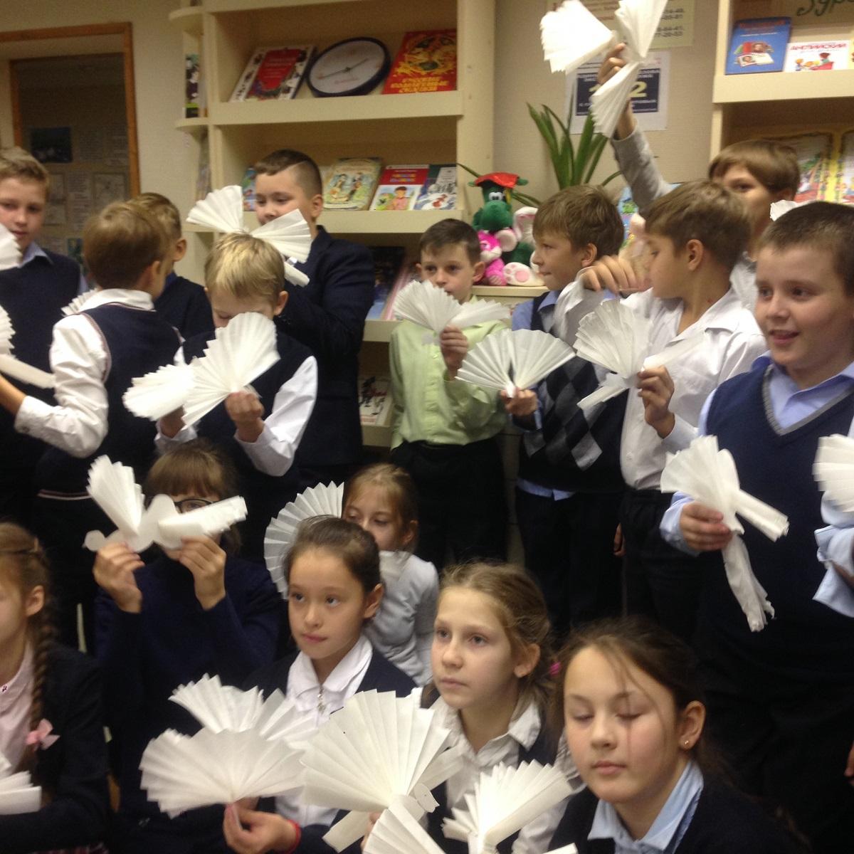 В лобненской  детской библиотеке всегда рады новым гостям!    И вот недавно  учащиеся 4-го класса школы №4 в первый раз посетили библиотеку, где их ждала насыщенная программа.