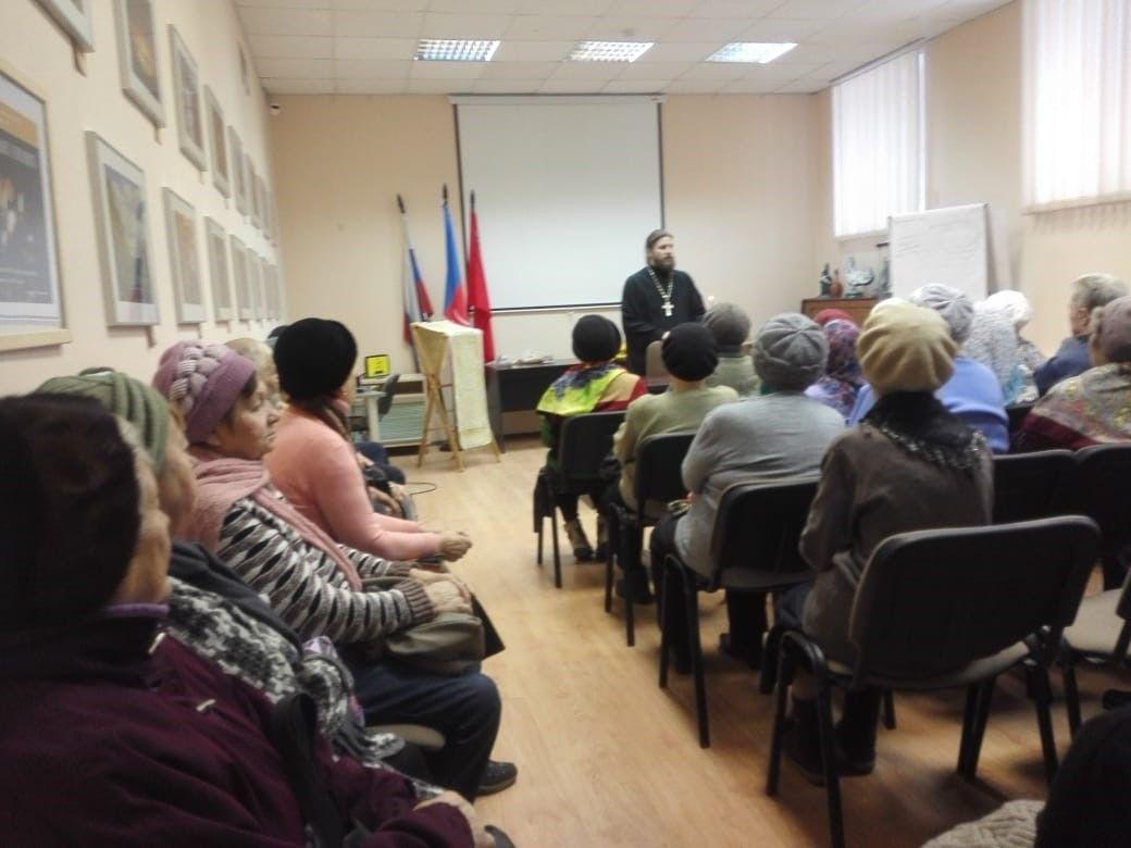 Встреча к Новому году отца Александра Казакова с прихожанами в Центральной библиотеке