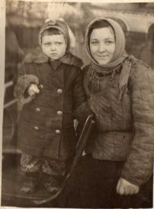 Елена Ульяновна Душевская с дочкой. В эвакуации. Джалал-Абад 1944 год