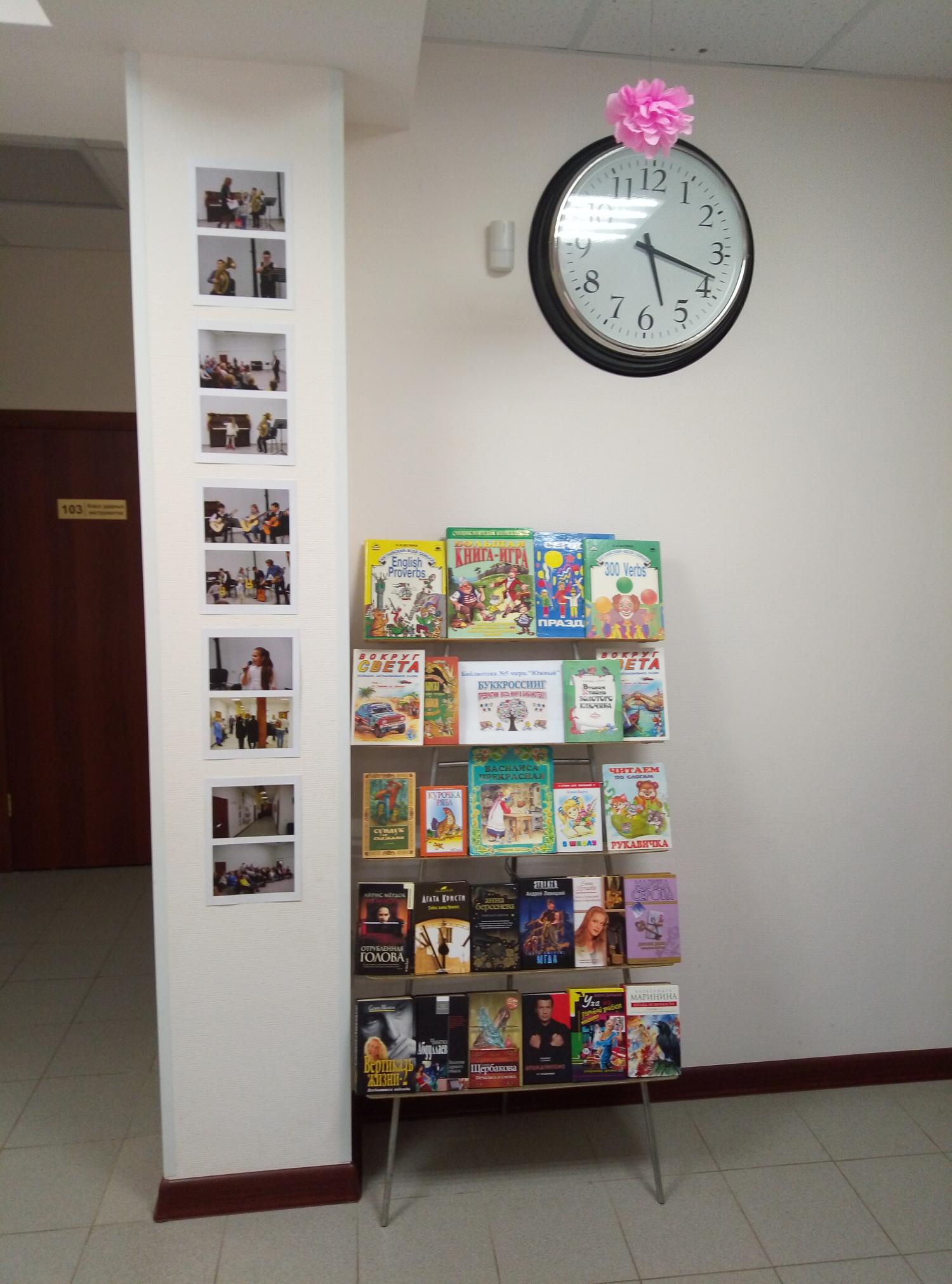"""В рамках сотрудничества с Образовательным центром \""""Мечта\"""" на территории центра был организован буккроссинг. Дети и ожидающие их родители могут выбрать и прочитать интересующую их литературу."""