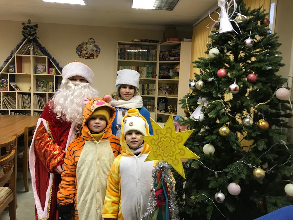 «Новогодние истории»   Дед Мороз и Снегурочка в библиотеке-1