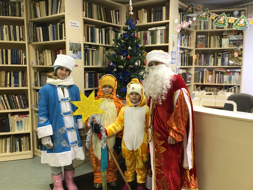 «Новогодние истории»   Дед Мороз и Снегурочка в библиотеке